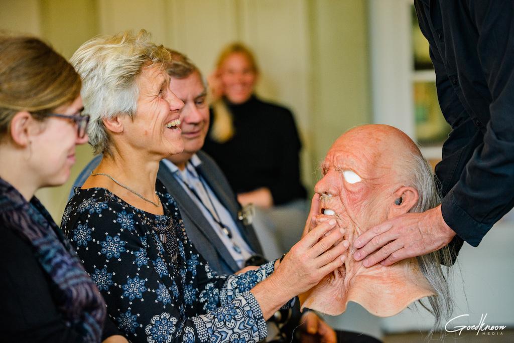 Bezoekers met een visuele beperking voelen attributen tijdens een Meet & Feel in Het Nationale Theater