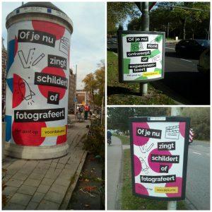 Buitenreclame met posters en zuilen van voordekunst